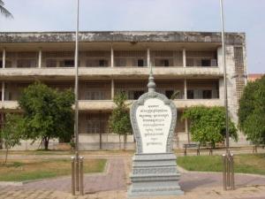 Monumen di depan Tuol Sleng