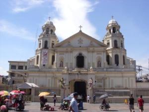 Quiapo Church tampak depan : ramai sekaliii...