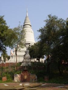 Ternyata stupa putih ini berisi abu dari King Ponhea Yat, Raja yang memindahkan ibukota Khmer dari Angkor ke Phnom Penh