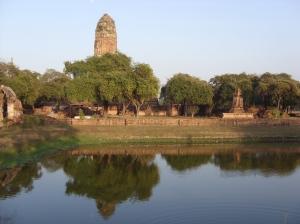 Wat Phra Ram Terpantul di Danau Nong Sano